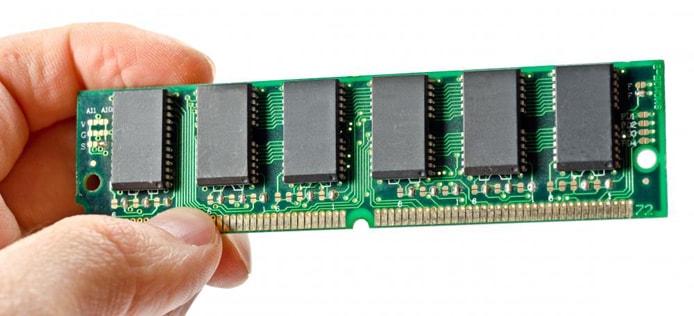 Изображение руки, держащей чип памяти